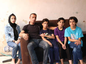 زهير عبد المنعم، لاجئ من فلسطين يبلغ من العمر 43 عاما، مع عائلته في مخيم عمان الجديد بالأردن
