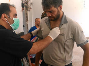 An UNRWA doctor examines a patient in Yalda, 21 September 2015. © 2015 UNRWA Photo