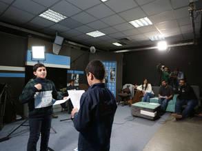طلاب الأونروا أثناء اجراء إختبارات في استوديو تلفزيون الأونروا في المكتب الميداني غزة. © 2017 الأونروا تصوير حسين جابر