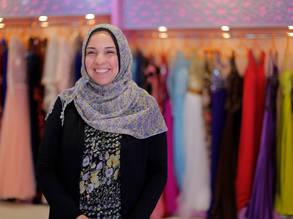 حنان أحمد - البالغة من العمر 33 عام - في متجرها للألبسة في  مدينة غزة. الحقوق محفوظة للأونروا 2017، تصوير رشدي السراج