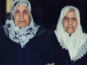 بعد أن فرقتهما الحرب،  لقاء الأختين سهام وحميدة مرة ثانية في حلب، سورية. الحقوق محفوظة للأونروا 2017، تصوير سامي بيرقدار