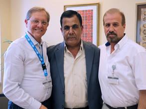 (من اليسار إلى اليمين) روجرز ديفيس، مدير عمليات الأونروا في الأردن، حسن سالم، مهندس سابق في الأونروا تقاعد في أيار، وأحمد دبش، رئيس برنامج البنية التحتية وتحسين المخيمات في الأردن. الحقوق محفوظة للأونروا 2017، تصوير فيولا بروتوميسو
