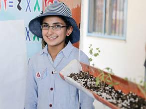 هديل أبو طير، 13 عام،  طالبة في إحدى مدارس الأونروا خلال مشاركتها في زاوية الزراعة والبيئة في برنامج إكسبو تك في خان يونس، جنوب قطاع غزة. جميع الحقوق محفوظة للأونروا 2017، تصوير تامر حمام
