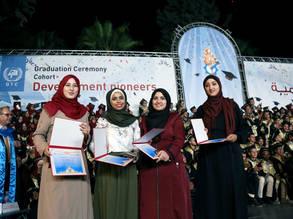 (من اليسار) دينا الحلبي ولما خطاب وأمل العرايشي وفلسطين بسيوني يحتفلن بتخرجهن في تخصص الاتصالات من كلية مجتمع تدريب غزة. الحقوق محفوظة للأونروا 2017، تصوير تامر حمام