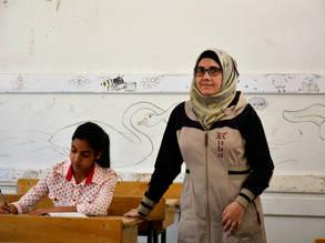نهى أبو ناصر مع إحدى طالباتها في مدرسة تابعة للأونروا أعيد افتتاحها مؤخراً في مخيم السبينة في ريف دمشق، سورية © 2018 صورة للأونروا تصوير فرنانديه فان تيتس.