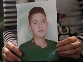 تحمل فاطمة صورة لابنها بهاء الذي قتل في هجوم بقذائف الهاون في سوريا العام الماضي. © الحقوق محفوظة للأونروا ، 2019 ، تصوير تغريد محمد