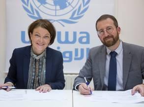 رئيس وحدة علاقات المانحين بالأونروا السيد مارك لاسواوي ، يضفي صبغة رسمية على تجديد اتفاقية متعددة السنوات للأونروا لدعم اللاجئين الفلسطينيين. © صور الأونروا 2019 تصوير مروان بغدادي