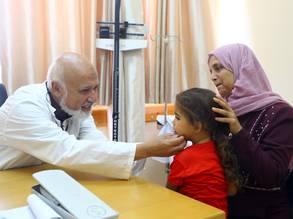الدكتور محمود شاكر، النائب السابق لرئيس برنامج الأونروا الصحي في غزة. الحقوق محفوظة للأونروا ، 2019 ، تصوير خليل عدوان.