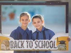 الطلبة يحتفلون بيومهم الأول في المدرسة بداخل مدرسة النزهة التابعة للأونروا. حوالي 169 مدرسة تابعة للوكالة فتحت أبوابها في الأردن يوم أمس.© الحقوق محفوظة للأونروا، 2019. تصوير عبد نبيل