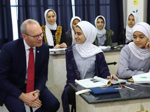 وزير الشؤون الخارجية والتجارة الأيرلندي ، السيد سيمون كوفيني (يسار) ، مع طالب لاجئ فلسطيني في مدرسة الأونروا في مخيم جباليا للاجئين  في غزة خلال زيارة قام بها في 3 كانون الأول 2019. الحقوق محفوظة للأونروا ، 2019. صورة خليل عدوان.