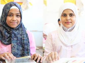 زهراء (يسار) وسندس (يمين) تحضران حصة دراسية في مدرسة الفالوجة البديلة التابعة للأونروا في يلدا جنوب دمشق بسوريا. الحقوق محفوظة للأونروا، 2019. تصوير تغريد محمد