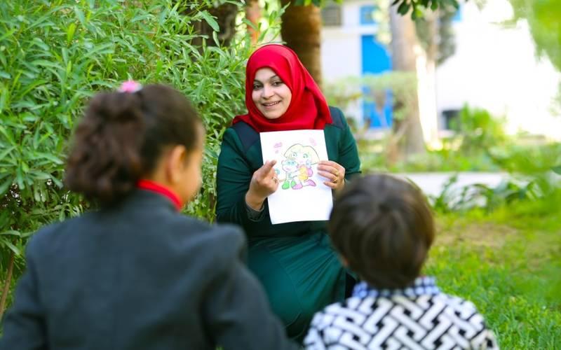 """أولفت سرور مرشدة مدرسية في مدرسة الشجاعية الإبتدائية """"أ"""" في غزة. جميع الحقوق محفوظة: الأونروا غزة 2017، تصوير خليل عدوان"""