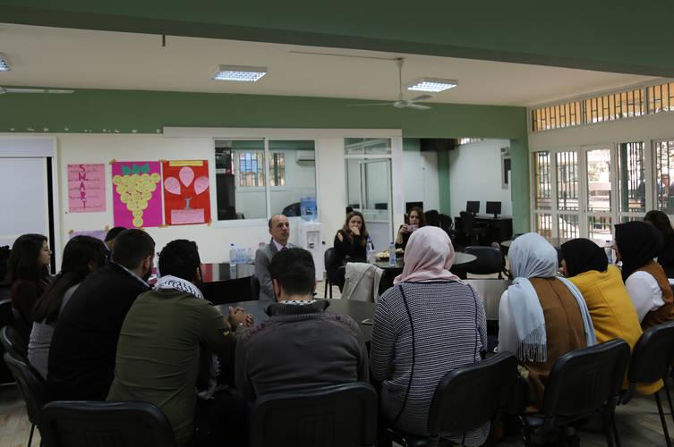 أجرى سفير هولندا لدى لبنان، جان والتمانز، نقاشا جماعيا مع طلاب مركز تدريب سبلين © 2017 للأونروا تصوير وسام زيد