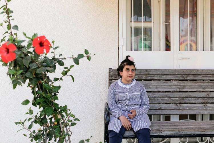 شهد القريناوي، لاجئة فلسطينية ولدت كفيفة، تجلس في مركز إعادة تأهيل المعاقين بصرياً التابع للأونروا (RCVI) في غزة حيث تتلقى تعليمها. جميع الحقوق محفوظة: الأونروا غزة 2017، تصوير تامر حمام