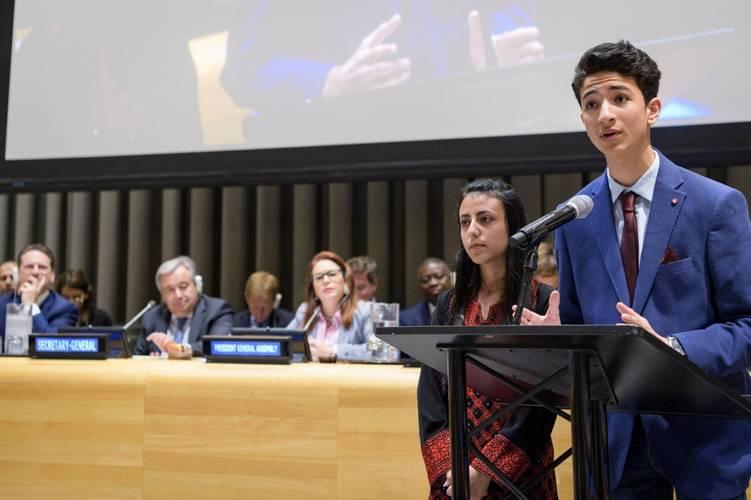 حاتم حمدونة (يمين)، 15 سنة، يدافع عن طلبة لاجئي فلسطين في الأمم المتحدة بنيويورك في 2019. الحقوق محفوظة للأونروا، 2019.