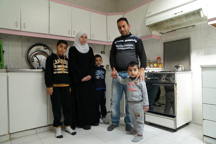 محمد وسماح واطفالهما الثلاث في منزلهم في جبل الحسين، عمان، الاردن. © الحقوق محفوظة للاونروا، تصوير كرستين فان دن برنك