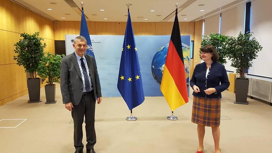 (من اليسار) المفوض العام للأونروا فيليب لازاريني مع سعادة د. الدكتورة ماريا فلاتشسبارث ، سكرتيرة الدولة البرلمانية للوزير الاتحادي للتعاون الاقتصادي والتنمية (BMZ) ، في الوزارة الاتحادية للتعاون الاقتصادي والتنمية (BMZ) في برلين في 8 أكتوبر 2020. © 2020 ت