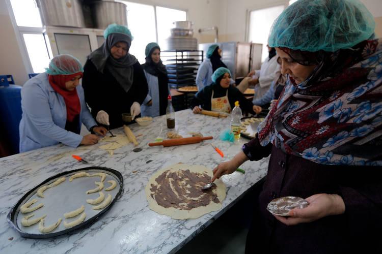 لطيفة المبحوح (على اليمين) وغيرها من المشاركات في التدريب على التصنيع الغذائي والتي نظمت من قبل مراكز البرامج النسائية (WPCs) في جباليا، شمال قطاع غزة. جميع الحقوق محفوظة للأونروا 2017، تصوير رشدي السراج.
