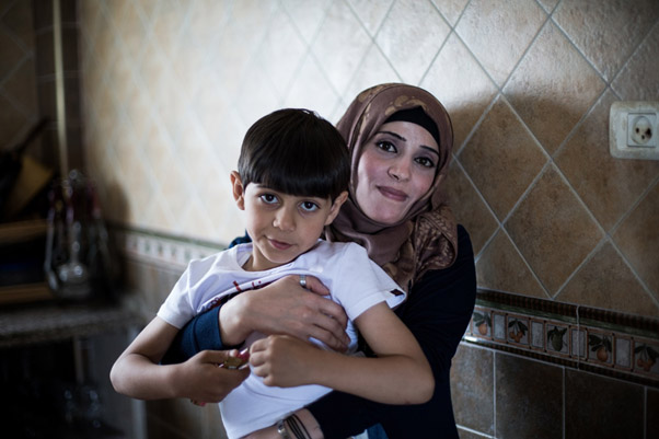 Heyam Farahat e seu filho de 6 anos Ali. Foto:Tamer Hamam/ UNRWA